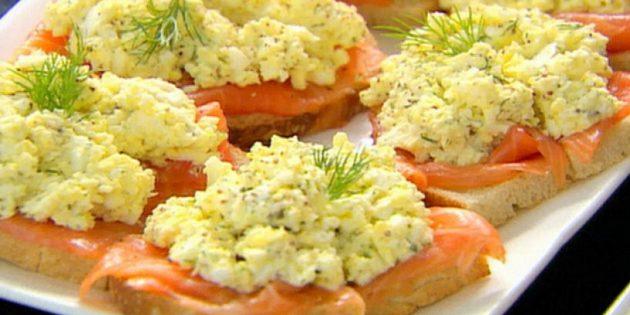 Бутерброды с красной рыбой и яичным салатом