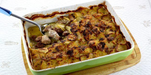 Свинина с картошкой, сливками и розмарином в духовке