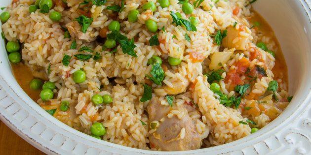 Курица, тушенная с рисом, зелёным горошком и белым вином