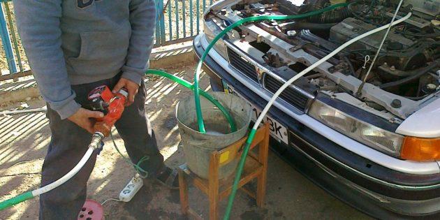 Промывка радиатора печки: подключите шланги и насос