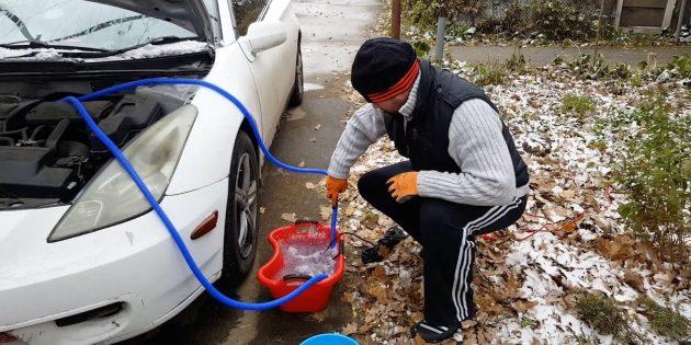 Промойте радиатор печки водой