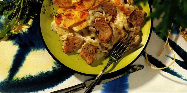 Свинина с картошкой и луком под соусом бешамель в духовке