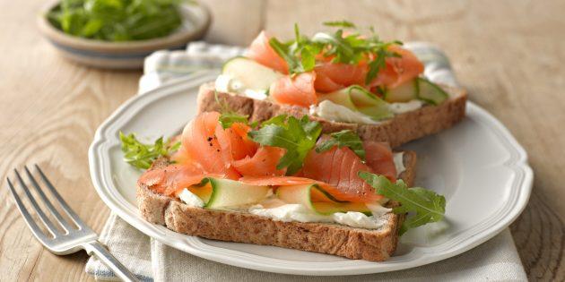 Бутерброды с красной рыбой, огурцом и творожным сыром