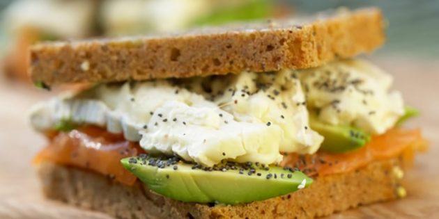 Бутерброд с красной рыбой, авокадо и сыром бри