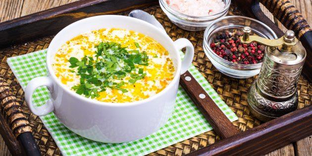 Сырный суп с цветной капустой, курицей и зелёным горошком