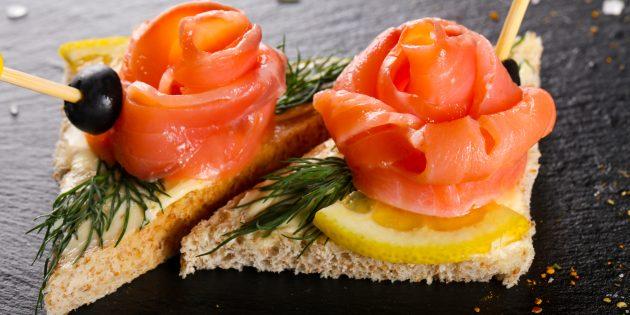 Бутерброды с красной рыбой, маслом и лимоном