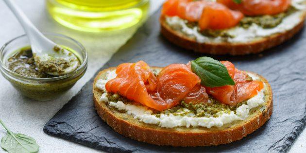 Бутерброды с красной рыбой, творожным сыром и соусом песто