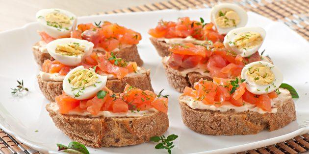 Бутерброды с красной рыбой и яйцами