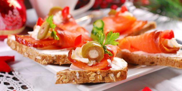 как сделать бутерброды с красной рыбой, творожным сыром и оливками