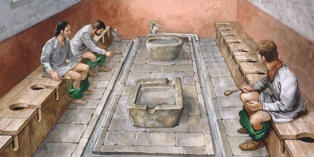 Публичные туалеты древних римлян представляли собой длинную лавку с отверстиями