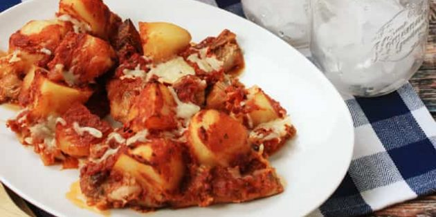 Свинина с картошкой, шампиньонами и томатным соусом в духовке