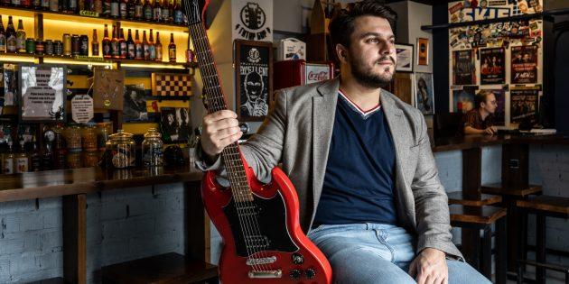 Борис Колесников с гитарой Epiphone SG