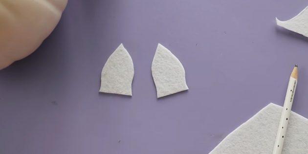 Поделки из тыквы: вырежьте уши из белого фетра