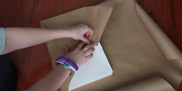 Приклейте левую часть бумаги