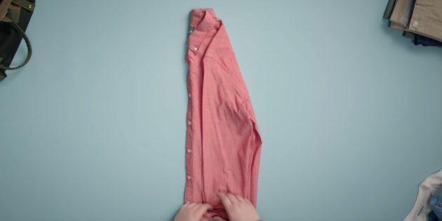 Оба рукава уложите на полочку рубашки