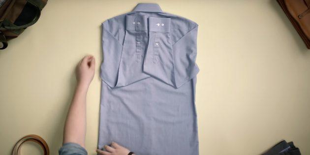 Как сложить рубашку: загните рукава наверх