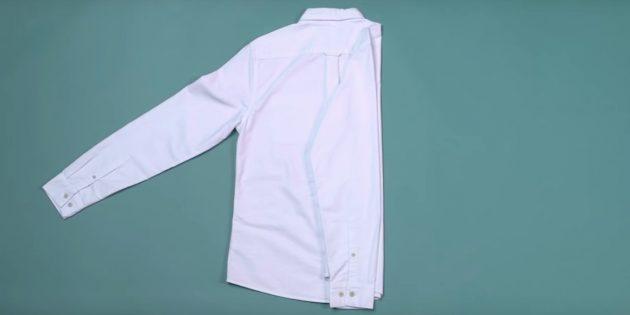 Как сложить рубашку: наложите рукав на загнутую сторону