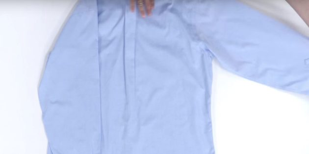 Как сложить рубашку: наложите сперва один рукав на край рубашки