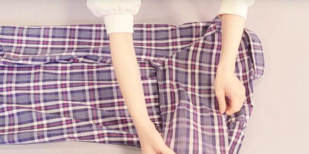 Положите застёгнутую рубашку пуговицами вниз