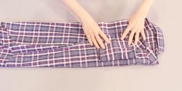 Как сложить рубашку: точно так же загните другую сторону и рукав вещи