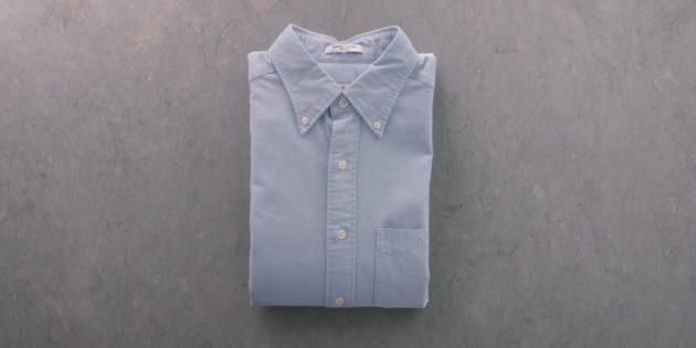 Как сложить рубашку рукавами вниз с помощью листа бумаги