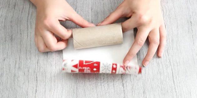 Адвент-календарь своими руками: Смажьте первую втулку клеем и приклейте к ней краешек бумаги