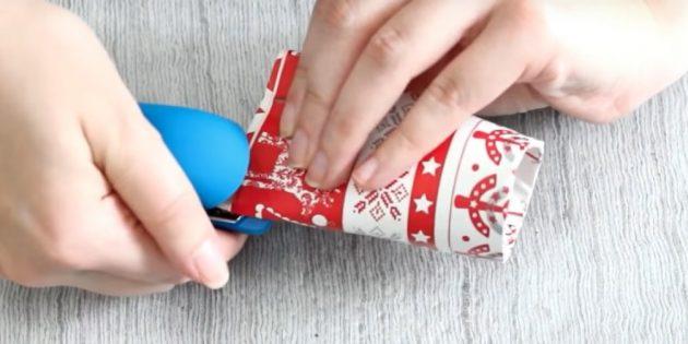 Адвент-календарь своими руками: Согните одну сторону втулки и зафиксируйте степлером