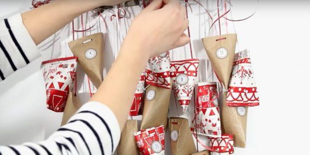 Адвент-календарь своими руками: Привяжите пакетики к ветке на разной высоте, чередуя по цвету