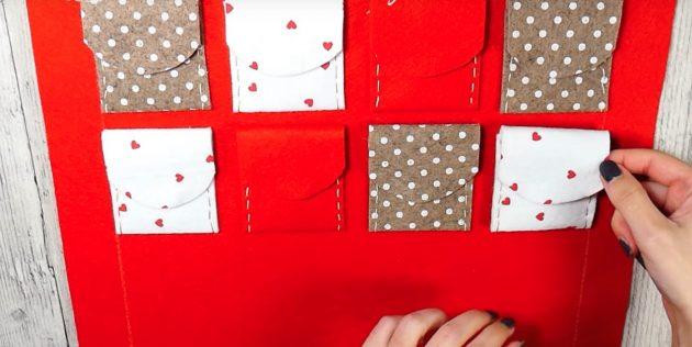 Адвент-календарь своими руками: Приклейте к основе подготовленные кармашки в несколько рядов