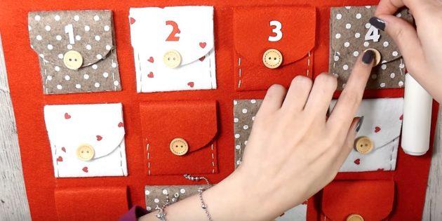 Адвент-календарь своими руками: Приклейте на клапаны кармашков пуговицы и цифры