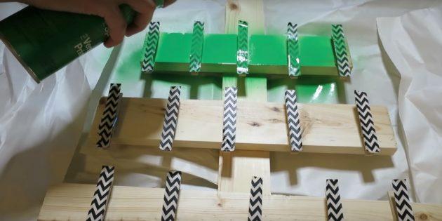Прикройте на время верхнюю сторону прищепок и окрасьте дерево в зелёный цвет