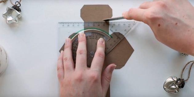 Адвент-календарь своими руками: Приложите к пунктирным линиям линейку и пройдитесь по ним металлической линейкой или ножом