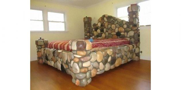 каменная кровать