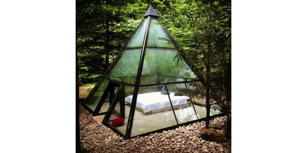 кровать в стеклянной пирамиде