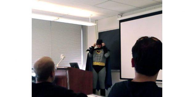 учитель в костюме Бэтмена