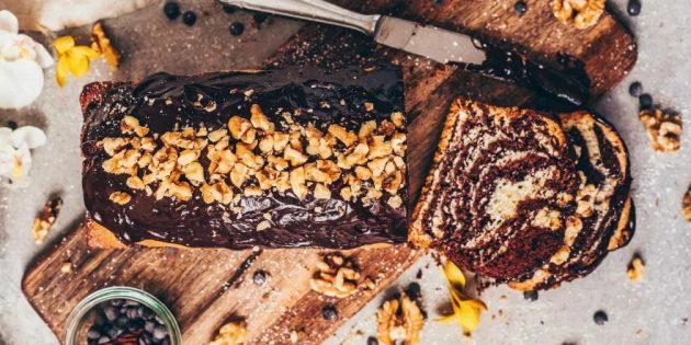 Веганский пирог «Зебра» с шоколадной глазурью и орехами