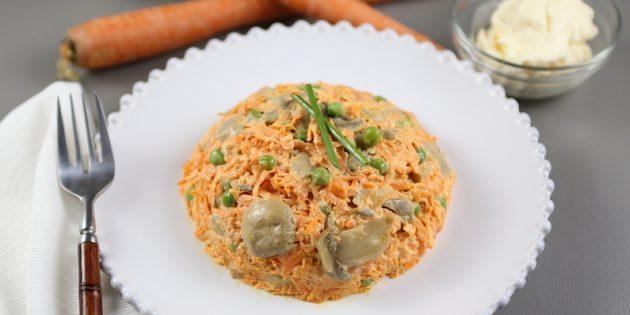Салат с грибами, морковью и горошком