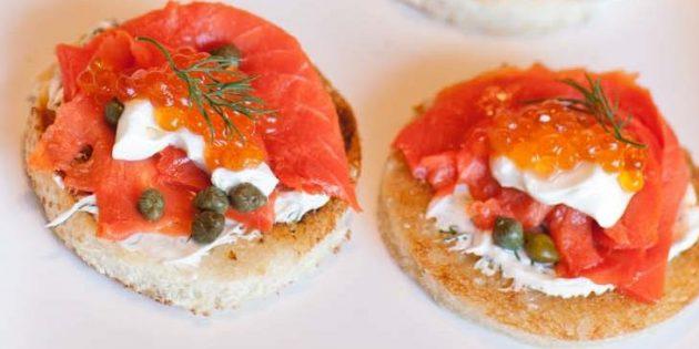 Бутерброды с красной икрой и красной рыбой