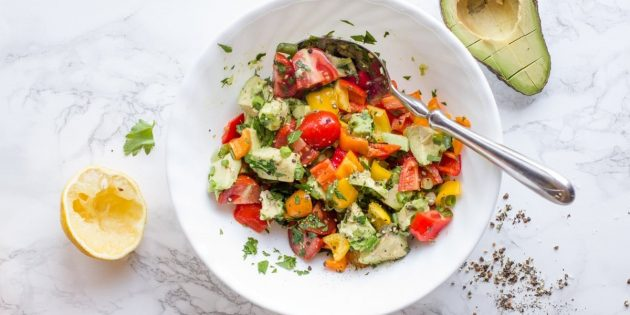 Салат с болгарским перцем, авокадо и помидорами черри