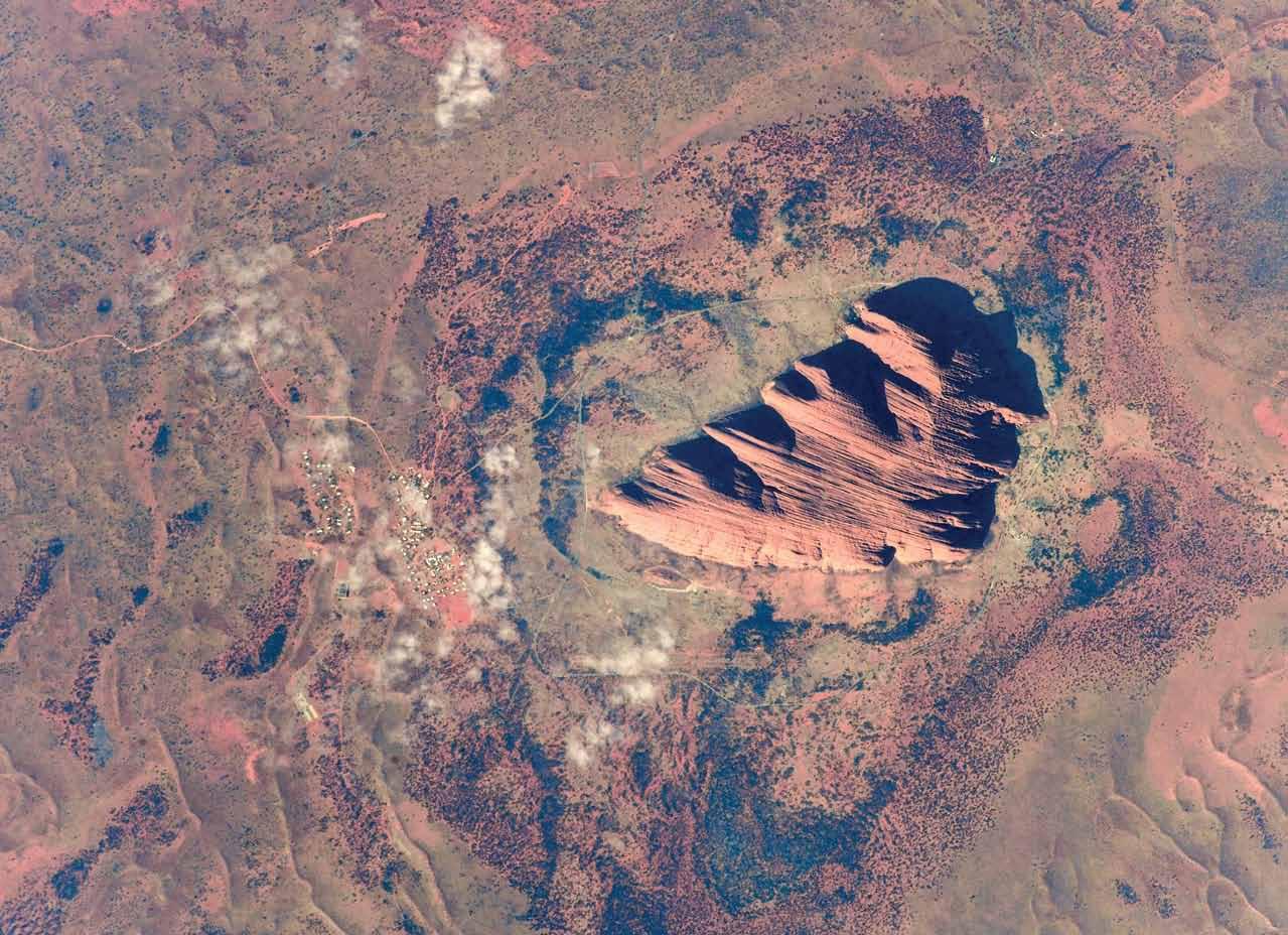 Фото Земли из космоса: скала Улуру
