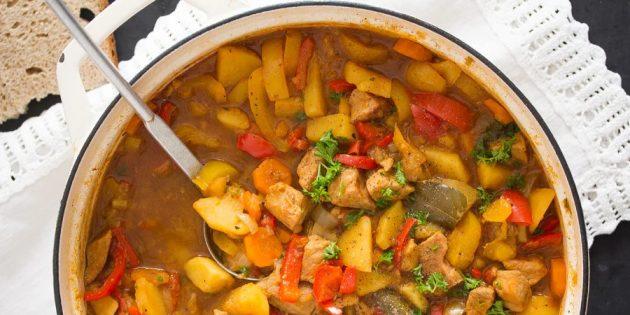 Гуляш из свинины с картошкой, болгарским перцем и морковью: простой рецепт