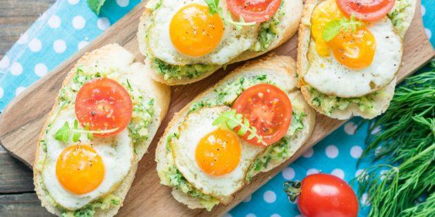 Бутерброды с авокадо, яйцом и помидором