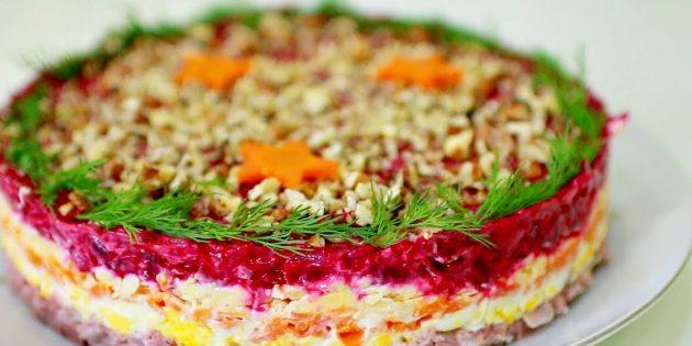 Салат с копчёной курицей, свёклой и грецкими орехами
