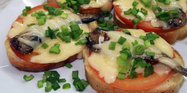 Горячие бутерброды со шпротами, помидорами и сыром
