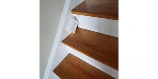розетка посреди лестницы