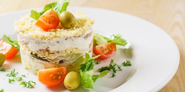 Салат с шампиньонами, огурцами, курицей и черносливом