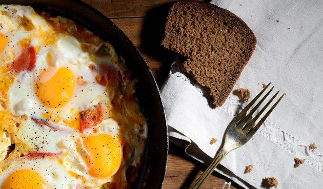 Яичница с помидорами и специями