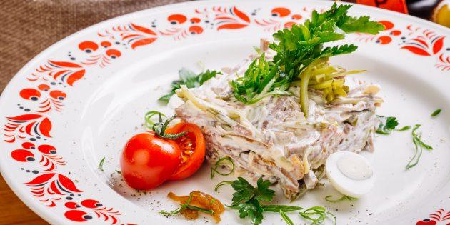 Салат с солёными огурцами, языком и оливками