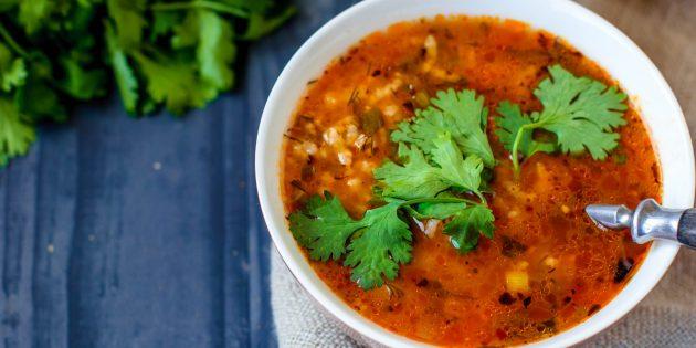 Классический суп харчо варится с говядиной