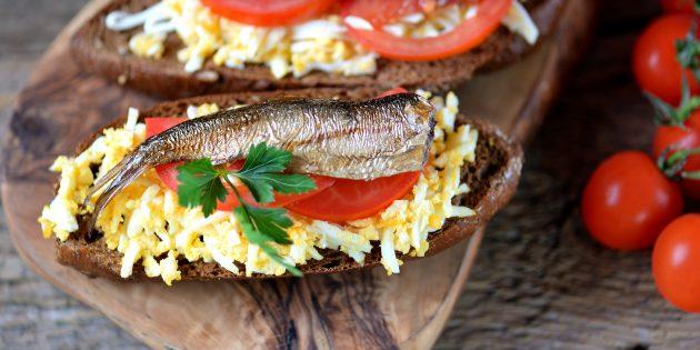 Бутерброды со шпротами, яйцом и помидором